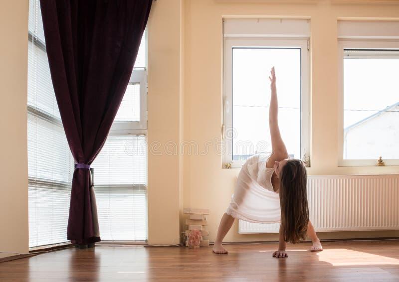 执行女孩瑜伽 免版税库存图片