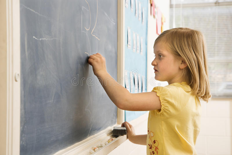 执行女孩算术的黑板 免版税库存图片