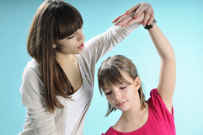 执行女孩讲师年轻人的芭蕾 免版税库存图片