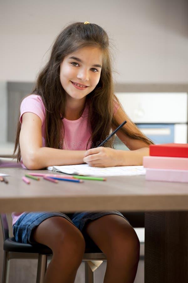 执行她的家庭作业的小女孩 库存图片