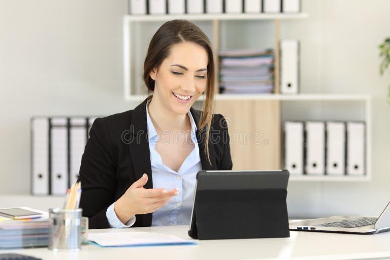 执行委员有与片剂的录影电话在办公室 库存照片