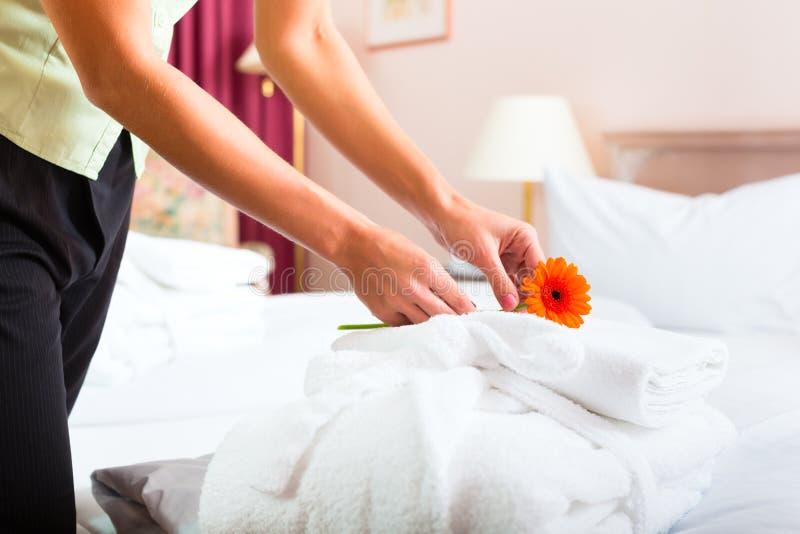 执行客房服务的佣人在旅馆里 库存图片