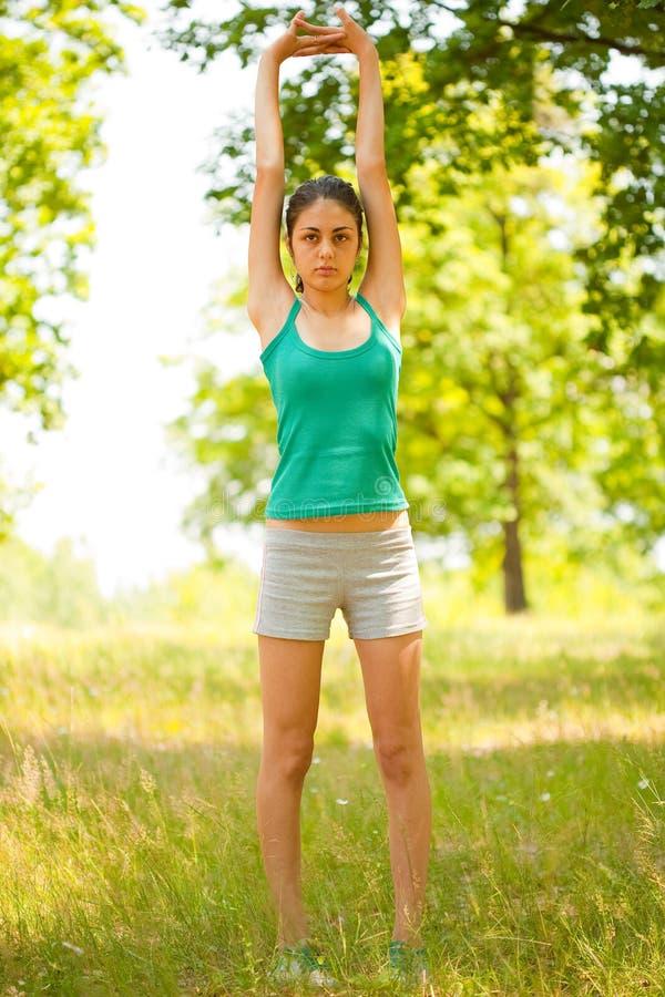 执行室外妇女年轻人的有氧运动 库存照片