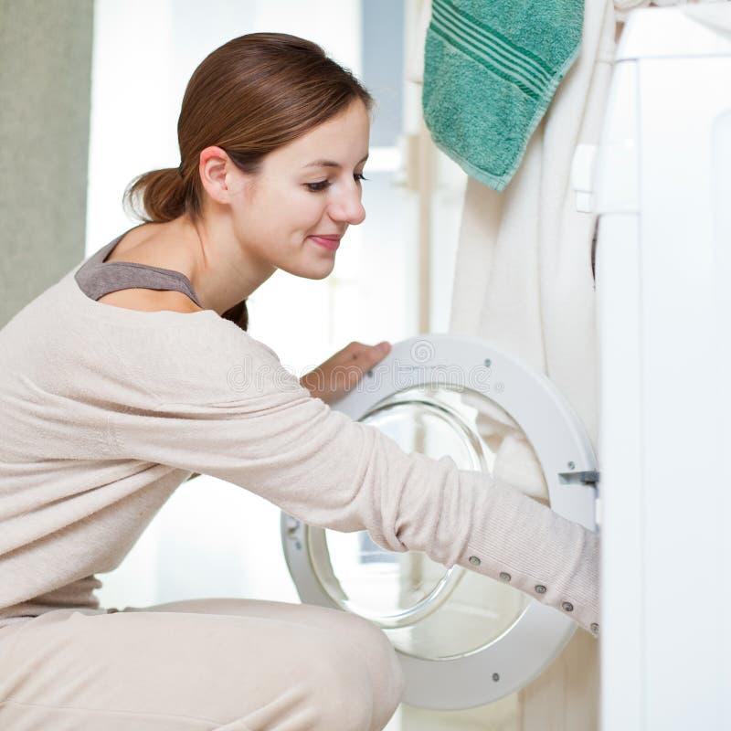 执行家事洗衣店妇女年轻人 免版税图库摄影