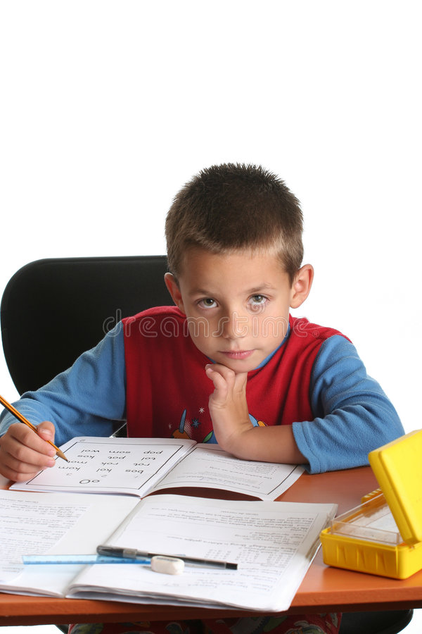 执行家庭作业年轻人的男孩 库存图片