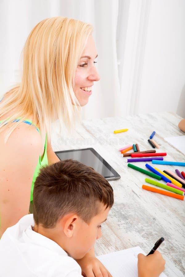 执行家庭作业母亲儿子 免版税库存图片