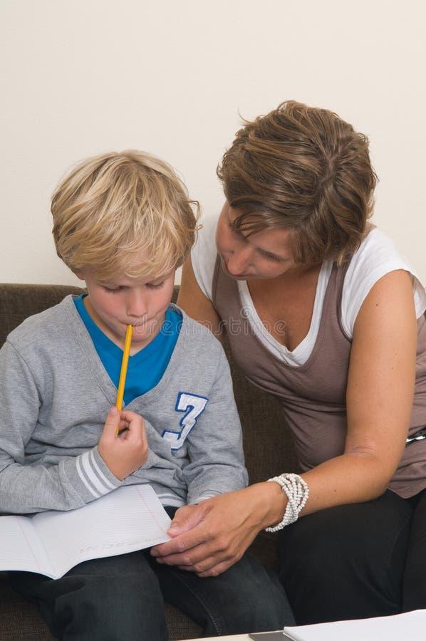 执行家庭作业母亲 免版税图库摄影