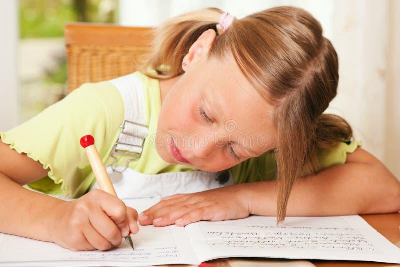 执行家庭作业的子项 库存图片