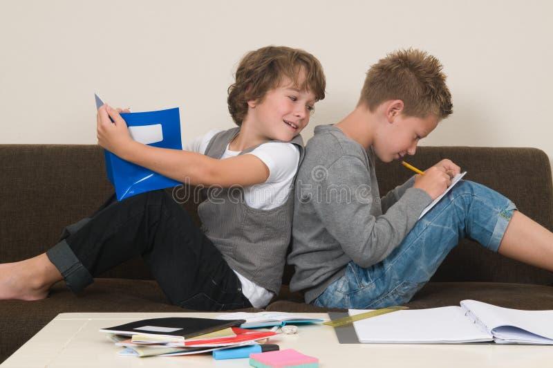 执行家庭作业的长沙发 库存图片