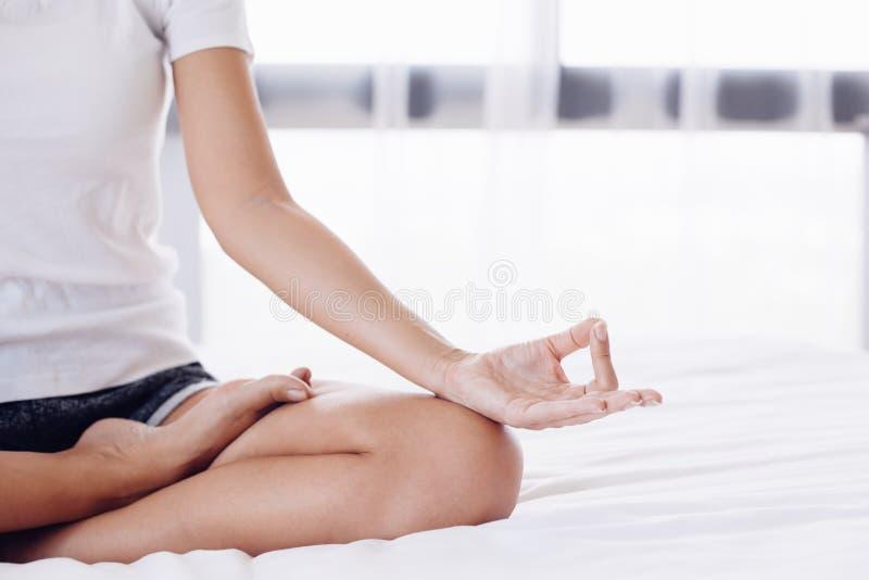 执行家庭女子瑜伽 库存图片
