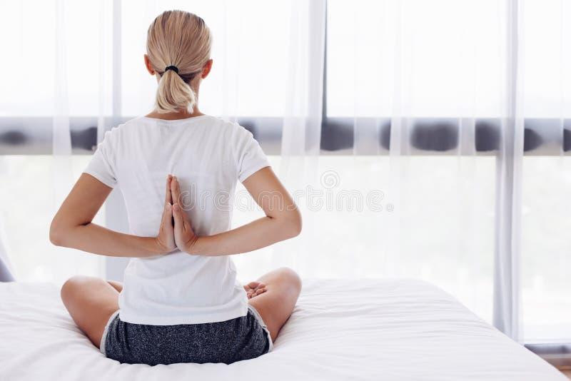 执行家庭女子瑜伽 免版税库存照片