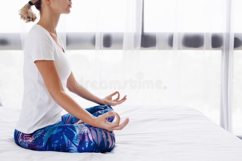 执行家庭女子瑜伽 免版税库存图片