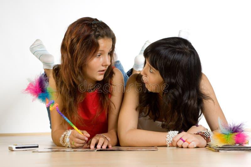 执行少年女孩的家庭作业 库存照片