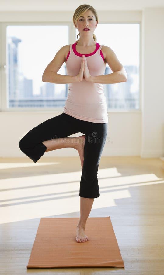 执行席子工作室女子瑜伽 免版税库存图片