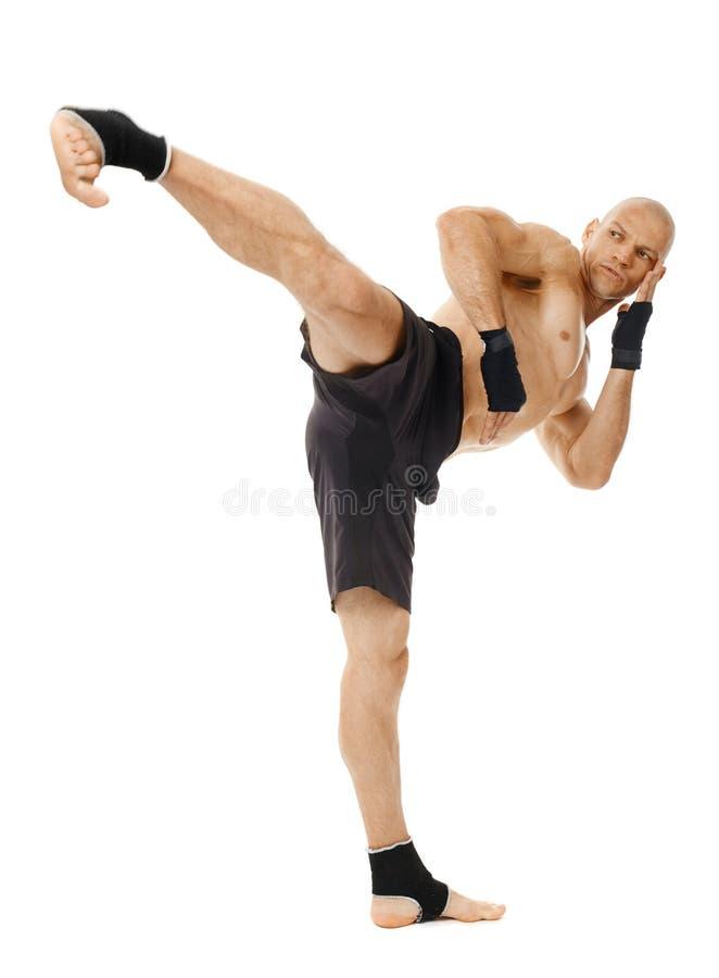 执行强有力的反撞力的Kickboxer 免版税库存照片