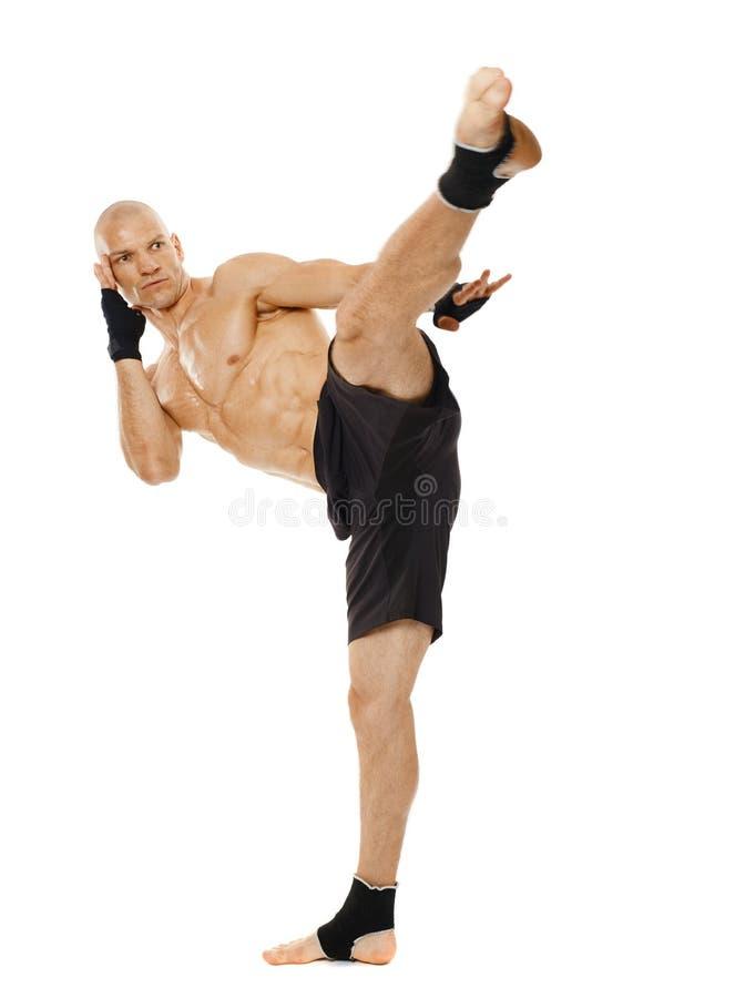 执行强有力的反撞力的Kickboxer 免版税库存图片