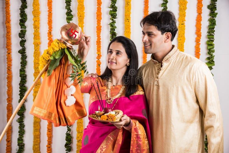 执行或庆祝Gudi Padwa Puja的印地安夫妇 免版税库存图片