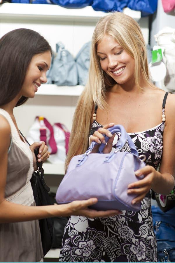 Download 执行新购物的妇女 库存图片. 图片 包括有 放血, 颜色, 选择, 销售额, 方式, 表示, 腋窝, 藏品 - 15679151