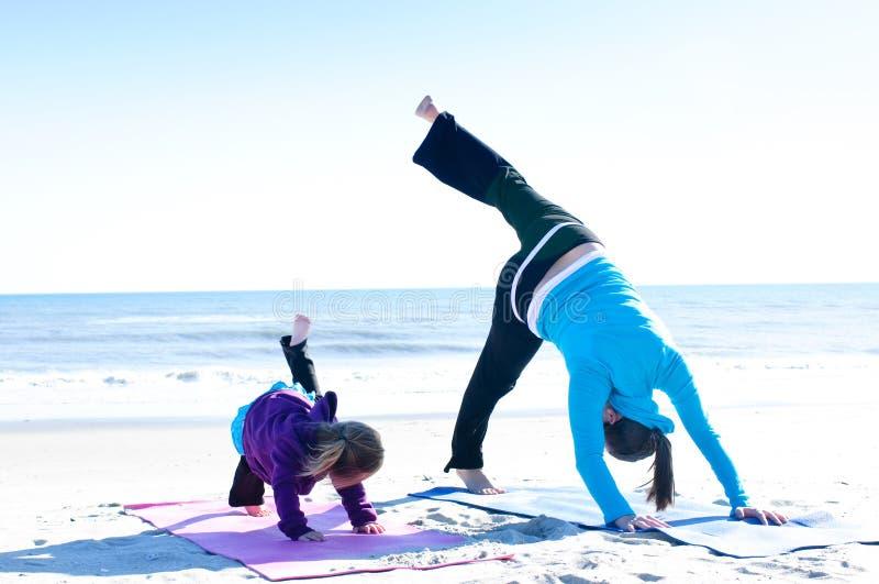 执行母亲瑜伽的婴孩 免版税库存照片