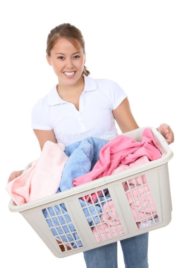 执行洗衣店俏丽的妇女 免版税库存照片