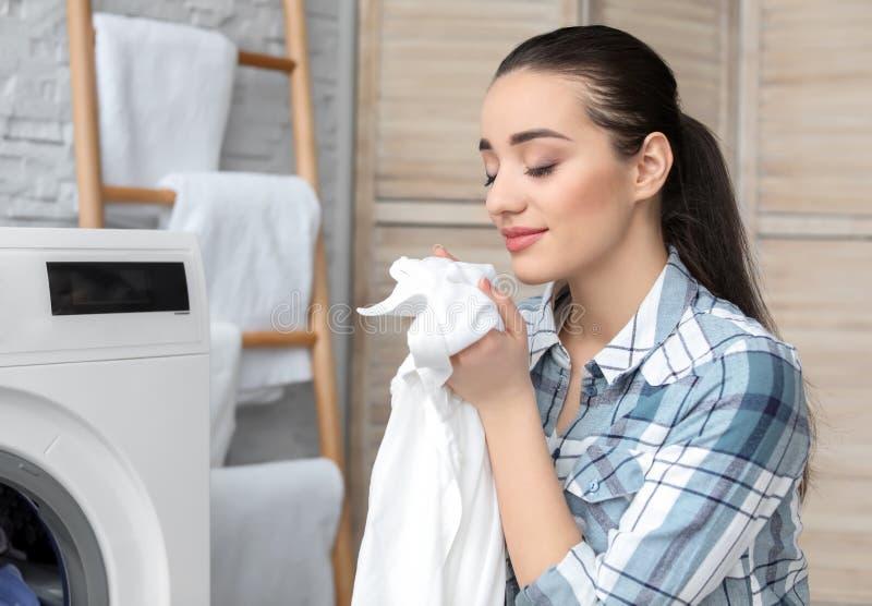 执行洗衣店妇女年轻人 免版税库存图片