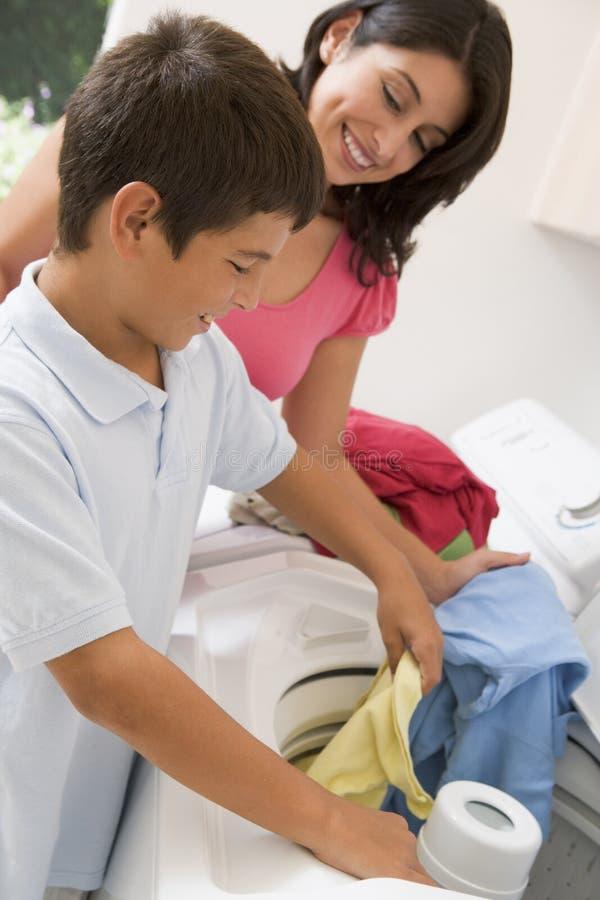 执行洗衣店母亲儿子 库存图片