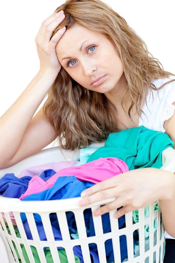 执行洗衣店疲乏的妇女 免版税库存照片