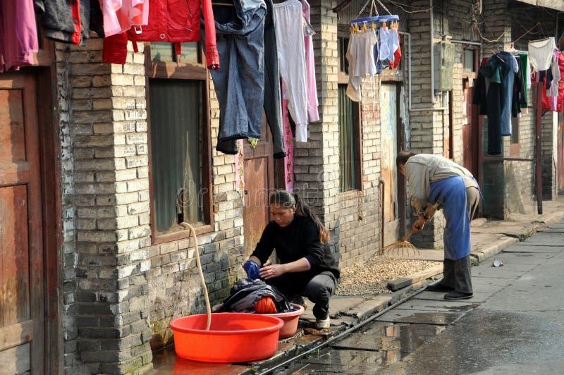 执行洗衣店老pengzhou街道妇女的瓷 免版税库存照片
