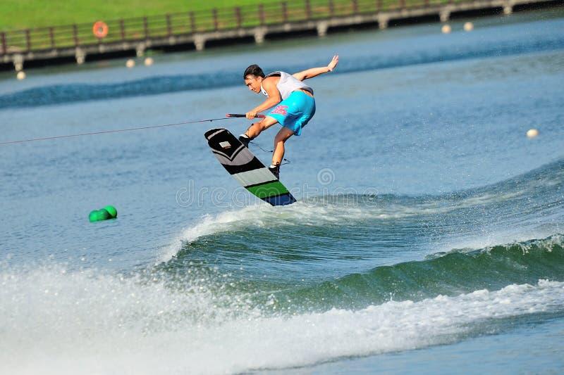执行特技的运动员在裂口卷毛新加坡全国相互大学运动代表队&工艺学校Wakeboard冠军期间2014年 库存图片