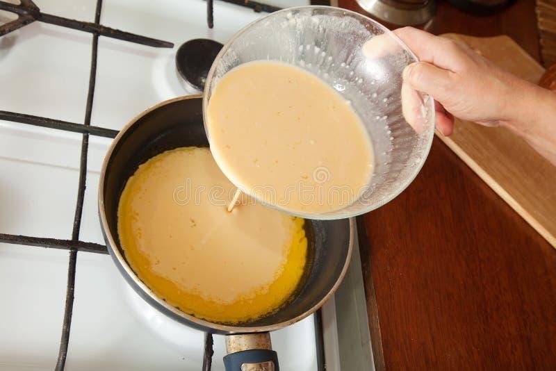 执行现有量厨房煎蛋卷的厨师 库存照片