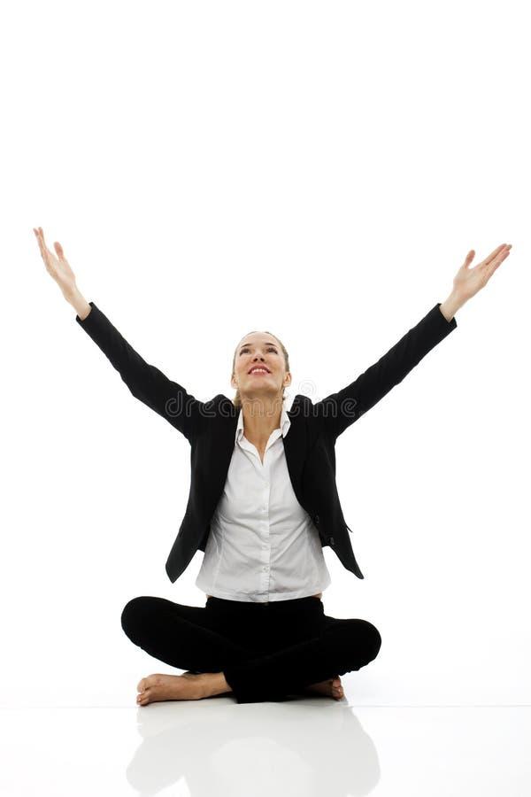 执行瑜伽年轻人的女实业家 库存照片
