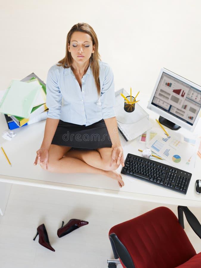 执行瑜伽的女实业家 图库摄影