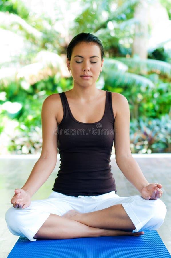 执行瑜伽的妇女 库存照片