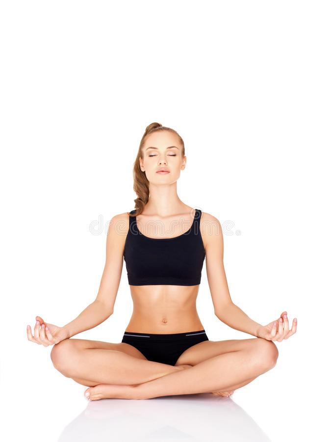 执行瑜伽的相当少妇纵向  免版税图库摄影
