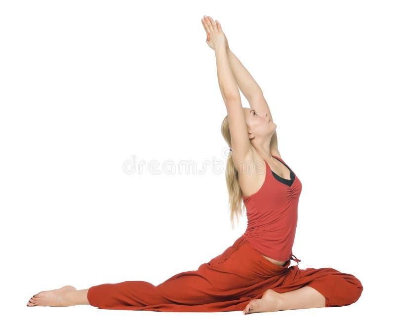 执行瑜伽的美丽的女孩 图库摄影