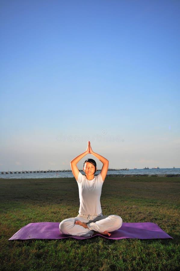 执行瑜伽的1个女孩 免版税库存照片