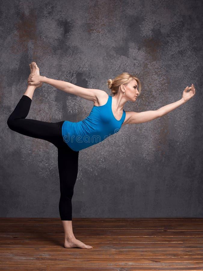 执行瑜伽asana的少妇 库存图片