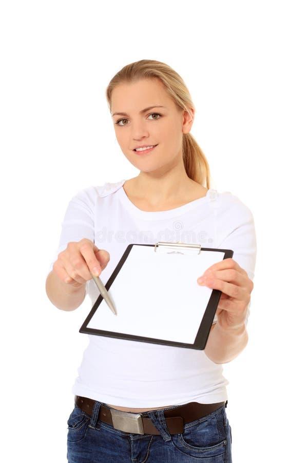 执行签名市场活动的少妇 免版税库存照片