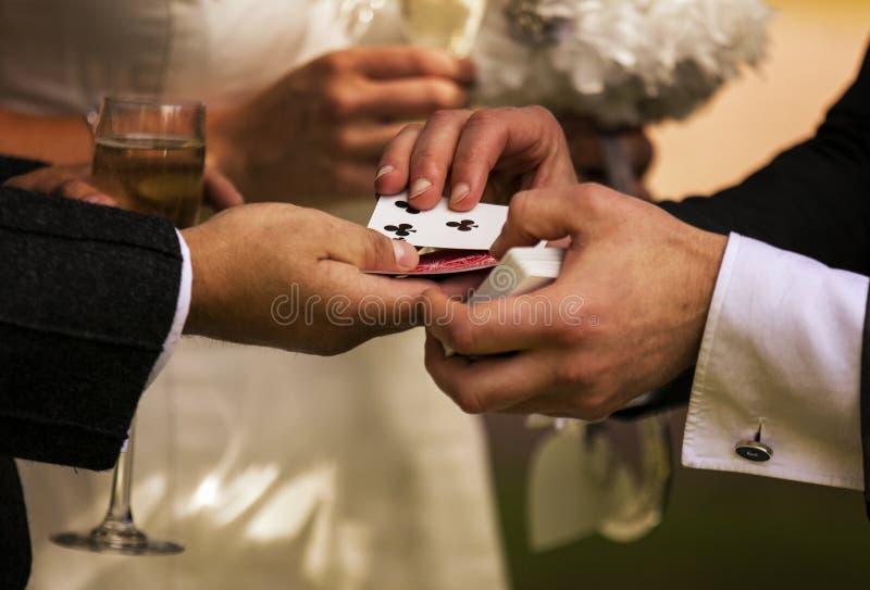 执行纸牌戏法的魔术师 库存图片