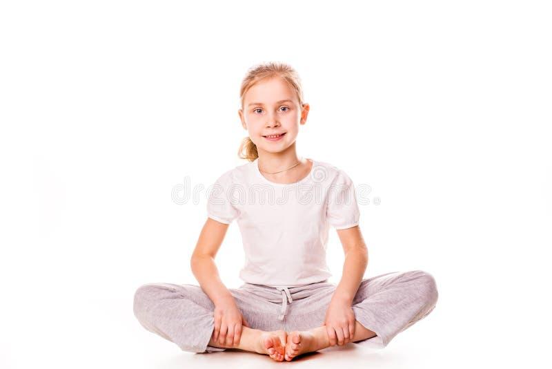 执行美丽的女孩的体操运动员,舒展 免版税库存图片