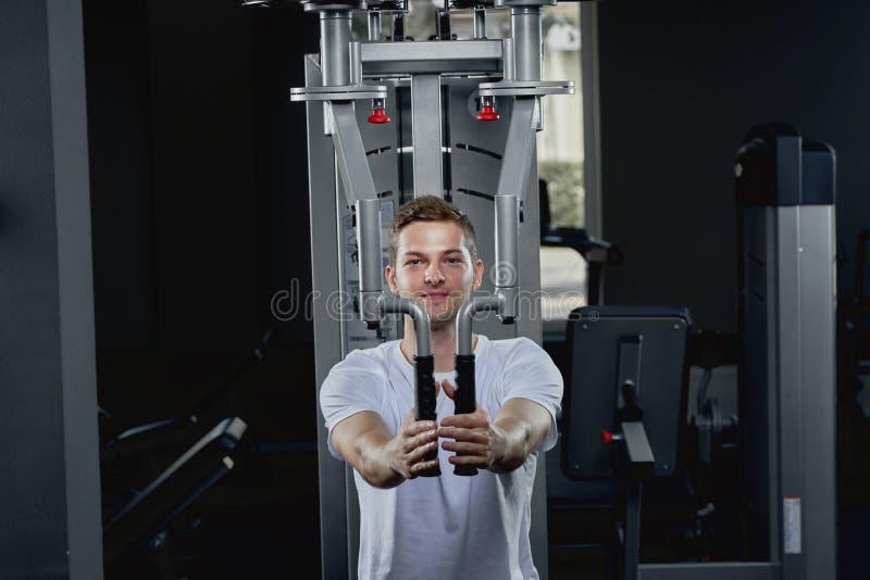 执行胸口的运动人天桥锻炼干涉在健身房 免版税图库摄影