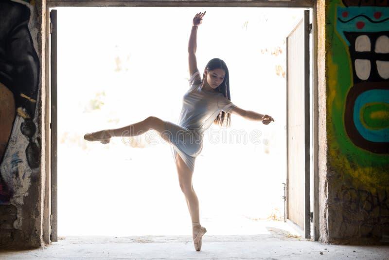 执行芭蕾的少妇 免版税库存图片