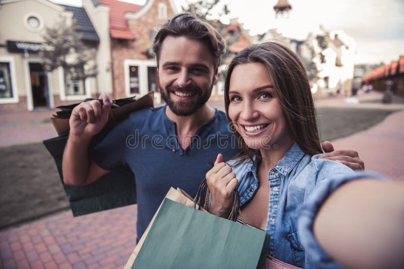 执行购物的夫妇 免版税库存照片