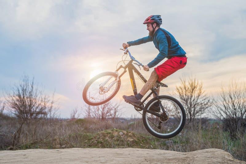 执行跃迁的登山车的骑自行车的人 有效的生活方式 免版税图库摄影