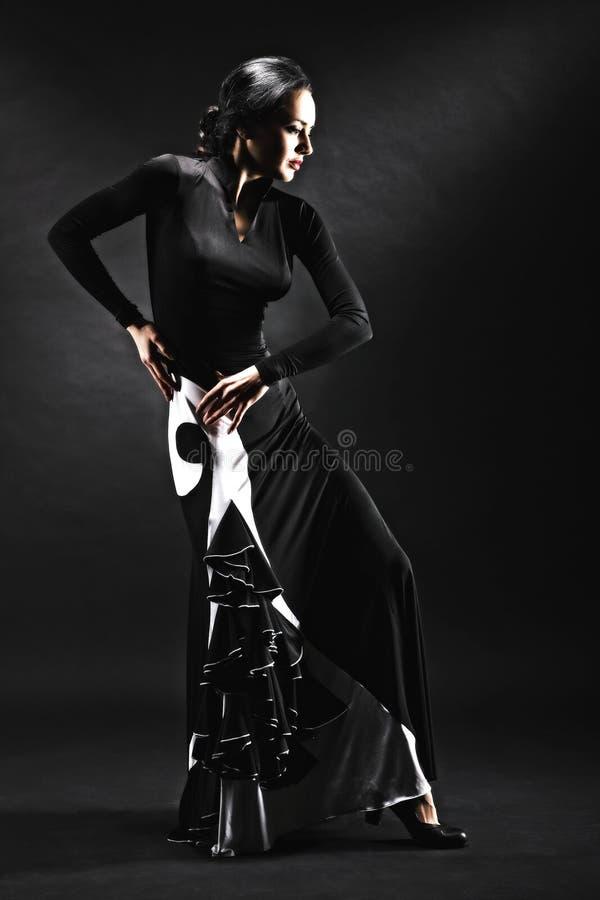 执行辣调味汁舞蹈的少妇充满在黑backgro的激情 免版税库存照片