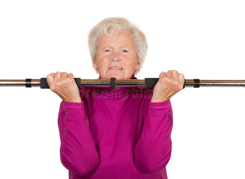 执行锻炼的年长妇女 库存照片