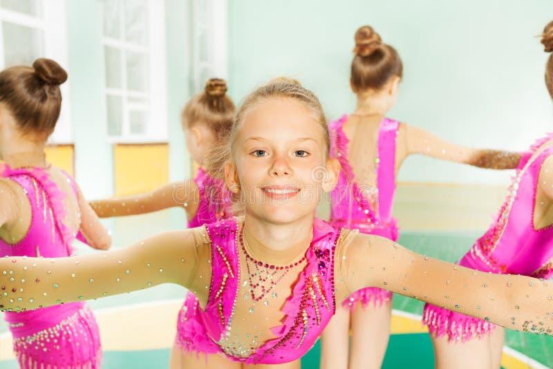 执行锻炼的体操运动员女孩画象 库存照片