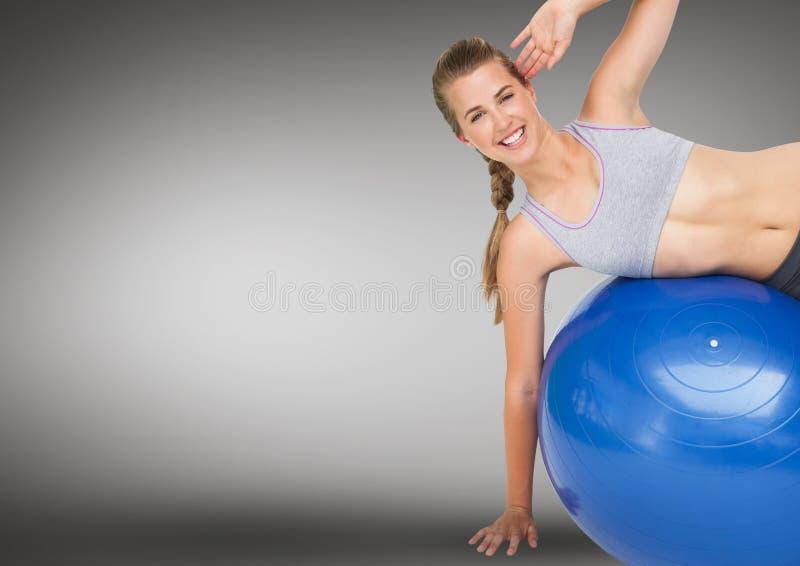 执行锻炼的妇女与健身球反对灰色背景 库存例证