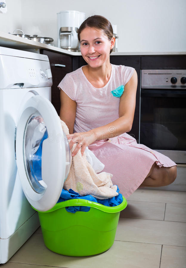 执行洗衣店妇女 图库摄影