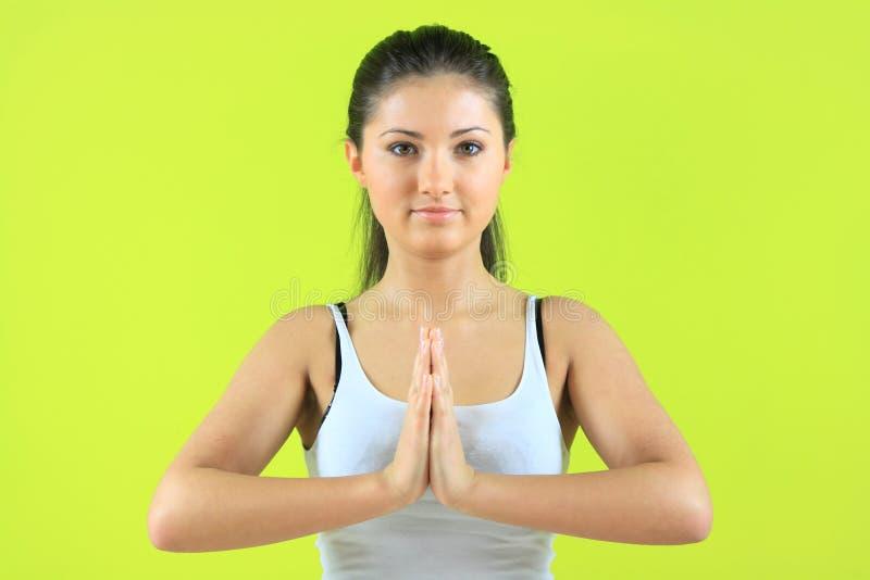执行exericise女性瑜伽yogatic年轻人 免版税库存图片